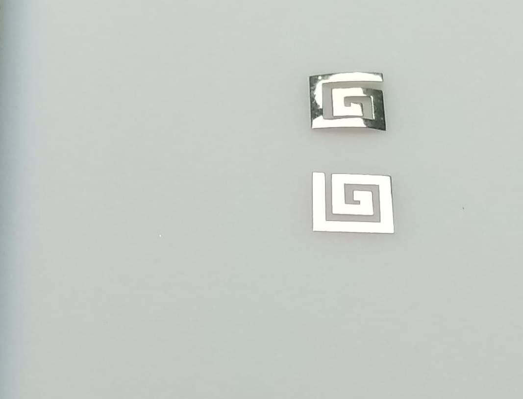 Маникюр с металлическими украшениями