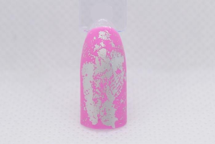 Розовый маникюр с надписями и серебряной фольгой