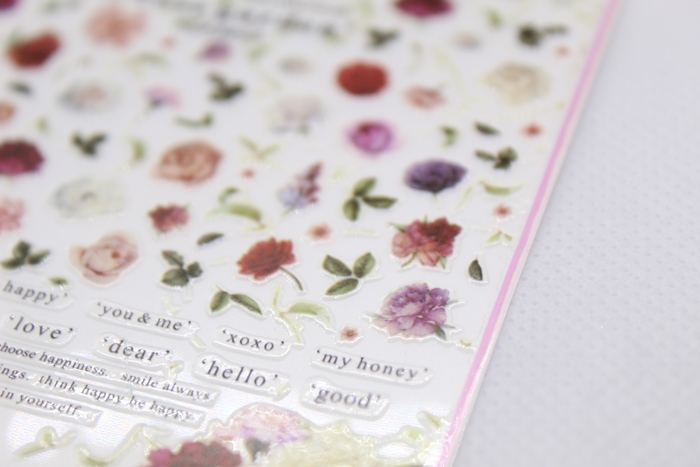 Белый маникюр с надписями и цветами: пошаговый урок с фото